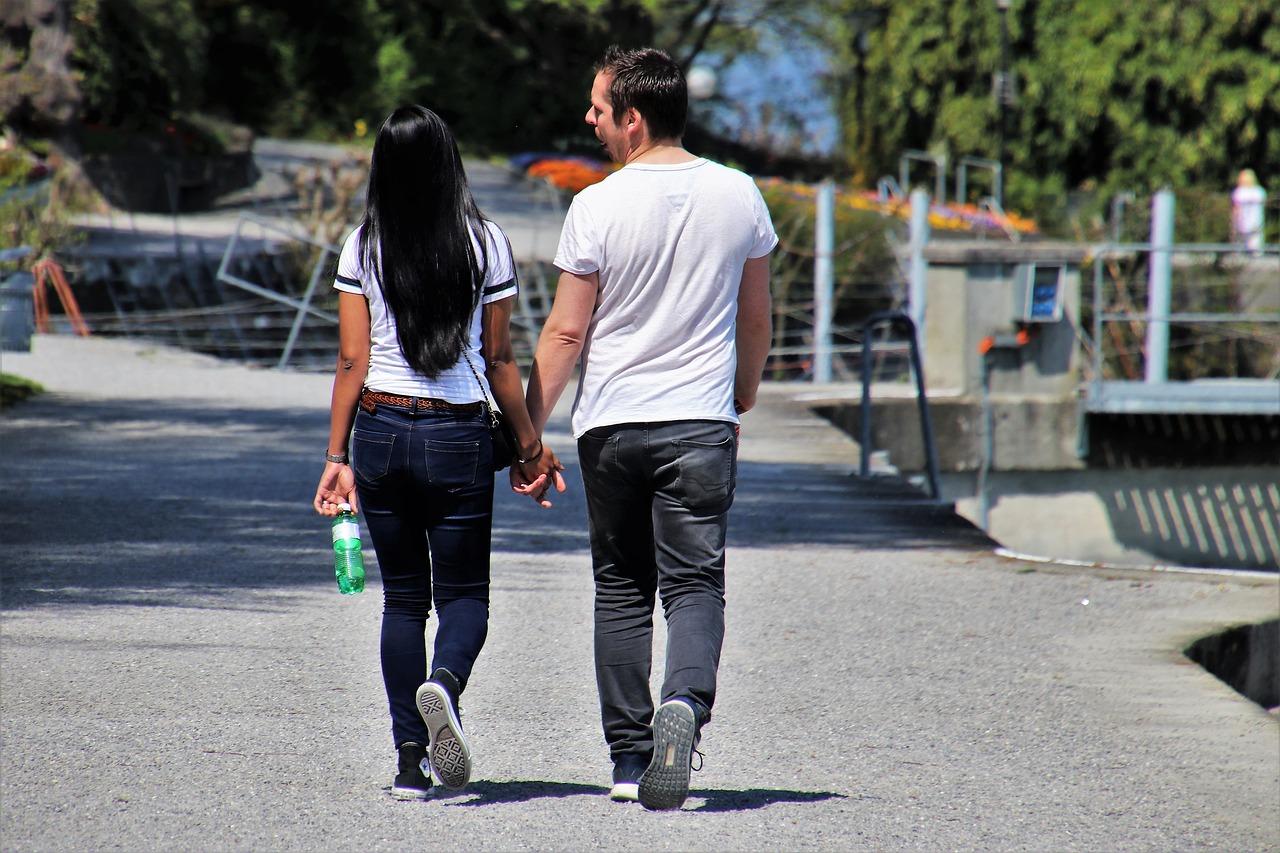 זוג הולך ברחוב