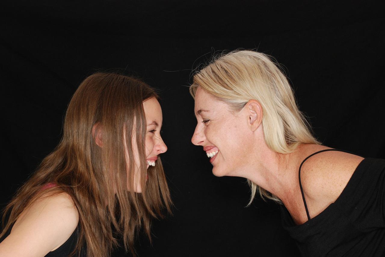 בנות צוחקות