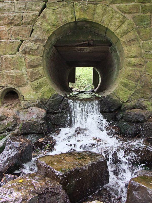 תעלת מים מלוכלכים