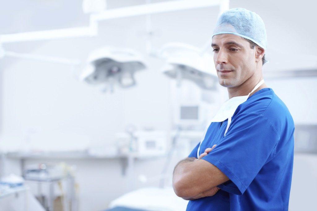 רופא בקליניקה