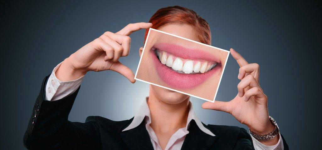 אישה עם חיוך מושלם