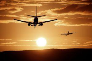 שני מטוסים ברקע שקיעה